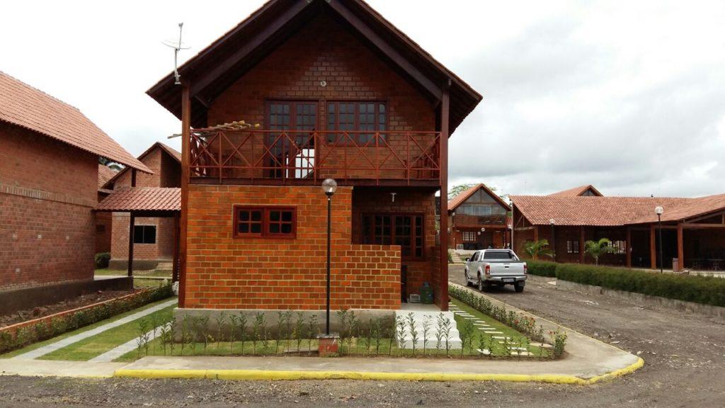 Ótima Casa De Esquina Em Condomínio